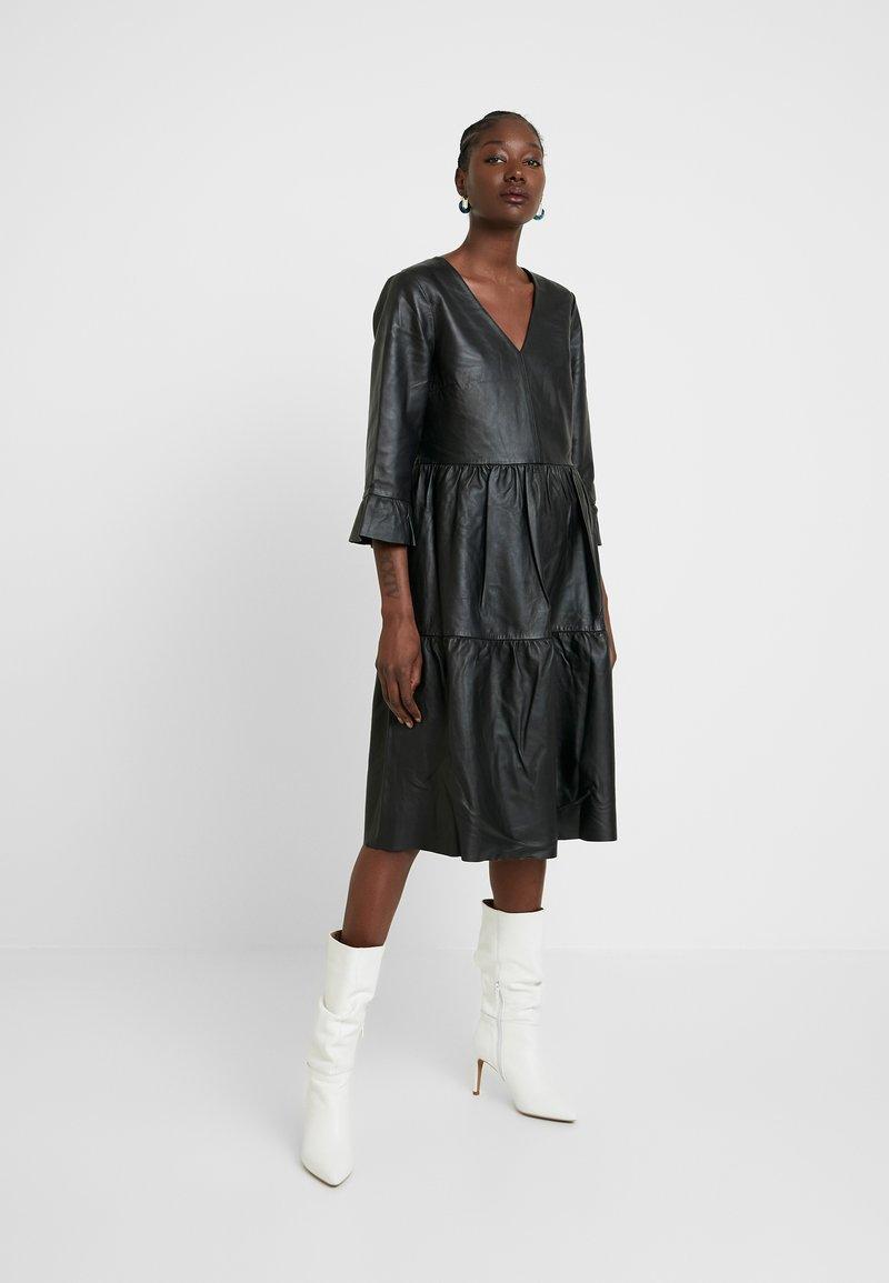 Selected Femme - SLFLISSA V-NECK MIDI DRESS - Vapaa-ajan mekko - black