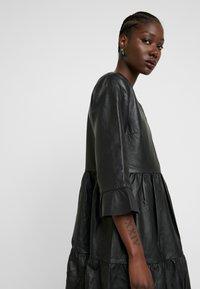 Selected Femme - SLFLISSA V-NECK MIDI DRESS - Vapaa-ajan mekko - black - 4