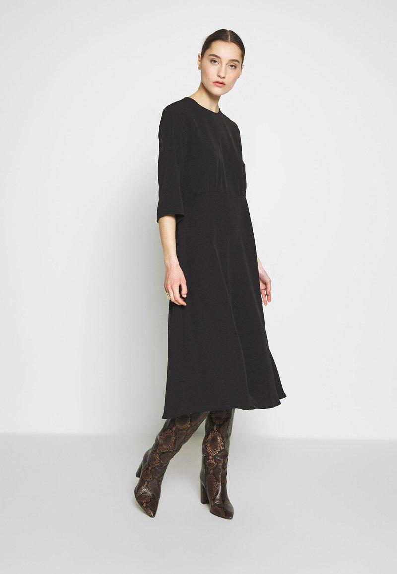 Selected Femme - SLFJADE ORIANA MIDI DRESS - Kjole - black