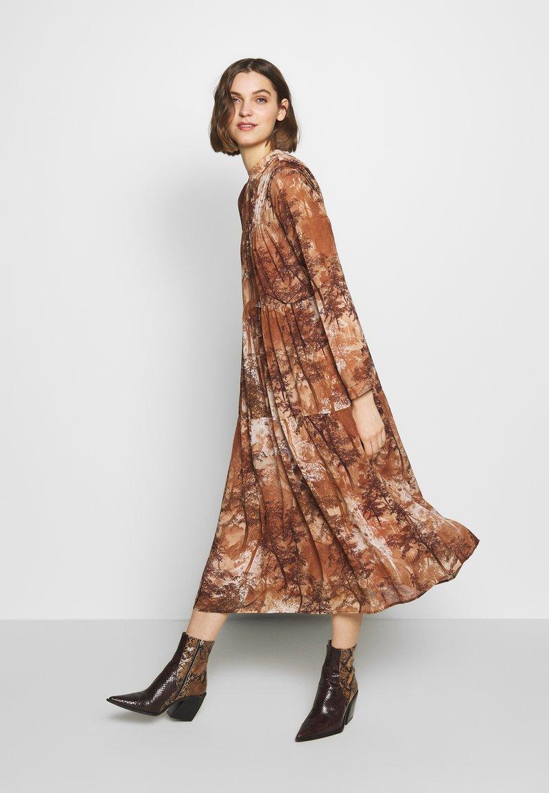 Selected Femme - SLFFOREST SPILLE DRESS - Robe d'été - thrush
