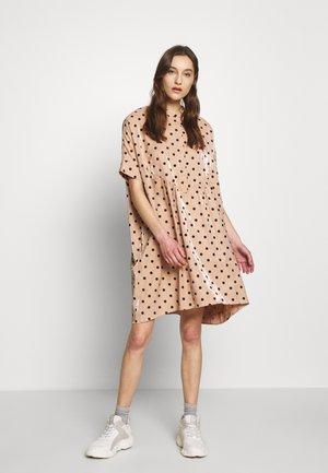 VIOLA DRESS - Denní šaty - cameo rose/black