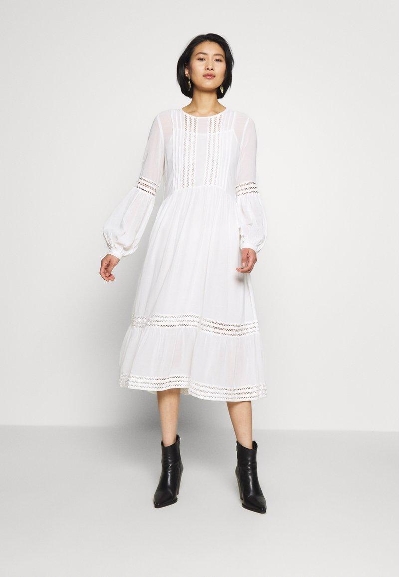 Selected Femme - SLFVALENTINA MIDI DRESS - Robe d'été - snow white