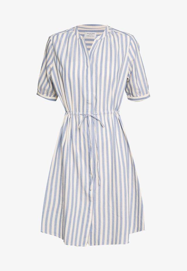 SLFZENIA 2/4 DRESS - Vestido camisero - country blue/sandshell