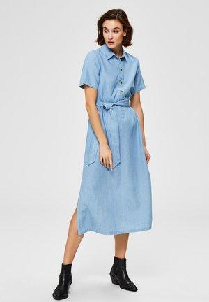 MIDIKLEID TAILLENGÜRTEL - Sukienka koszulowa - light blue