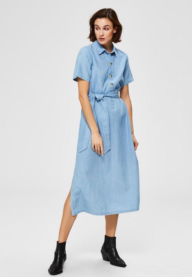 MIDIKLEID TAILLENGÜRTEL - Shirt dress - light blue