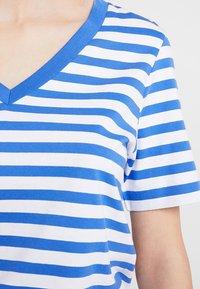 Selected Femme - SLFSTANDARD V NECK - Triko spotiskem - dazzling blue/bright white - 4