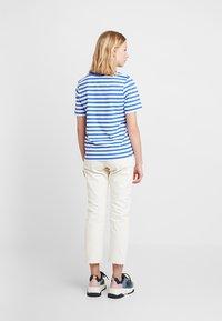 Selected Femme - SLFSTANDARD V NECK - Triko spotiskem - dazzling blue/bright white - 2