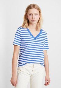 Selected Femme - SLFSTANDARD V NECK - Triko spotiskem - dazzling blue/bright white - 0