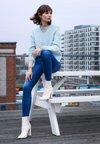 Selected Femme - SLFROSE V NECK  - Strickpullover - plein air