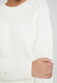 Selected Femme - SLFMIRA KNIT O-NECK - Jersey de punto - snow white - 5