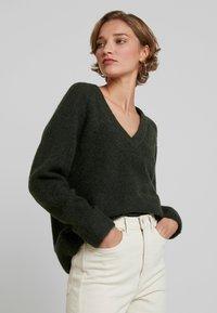 Selected Femme - SLFLANNA VNECK - Strickpullover - rosin - 0