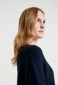 Selected Femme - SLFUMA V NECK - Strikkegenser - dark sapphire - 3