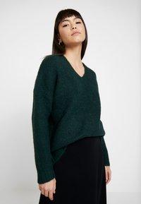 Selected Femme - SLFUMA V NECK - Strikkegenser - scarab - 0