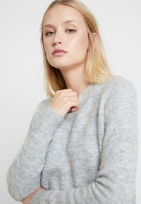 Selected Femme - SLFSIA O NECK - Svetr - light grey melange - 4