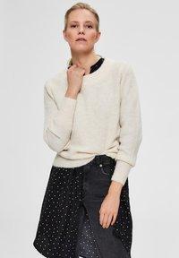 Selected Femme - SLFSIF O-NECK - Jersey de punto - snow white - 0