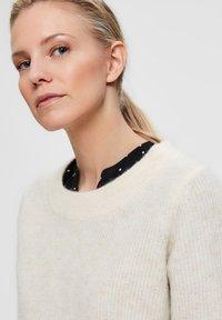 Selected Femme - SLFSIF O-NECK - Jersey de punto - snow white - 4