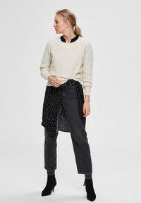 Selected Femme - SLFSIF O-NECK - Jersey de punto - snow white - 1