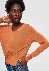 Selected Femme - SLFLINEL  - Sweter - caramel - 3
