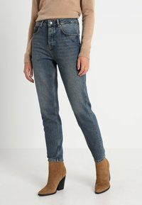 Selected Femme - SLFFRIDA MOM MID - Džíny Relaxed Fit - medium blue denim - 0