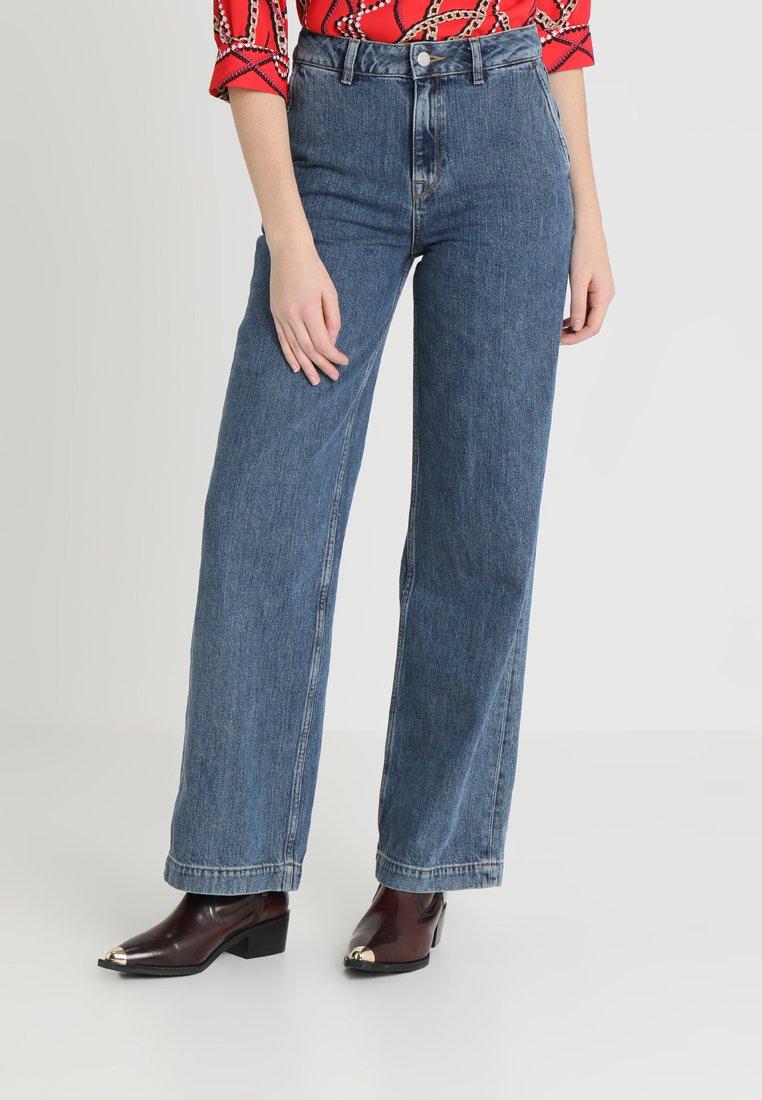 Selected Femme - SLFMARY WIDE BELLE - Flared Jeans - medium blue denim