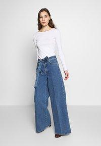 Selected Femme - SLFLAURA WIDE FLARE - Široké džíny - medium blue denim - 1