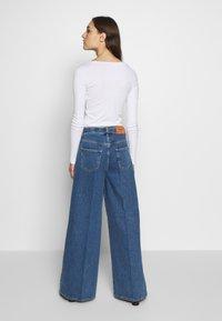 Selected Femme - SLFLAURA WIDE FLARE - Široké džíny - medium blue denim - 2