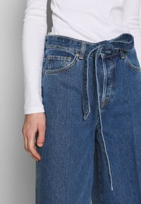 Selected Femme - SLFLAURA WIDE FLARE - Široké džíny - medium blue denim - 5