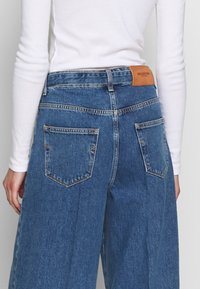 Selected Femme - SLFLAURA WIDE FLARE - Široké džíny - medium blue denim - 3