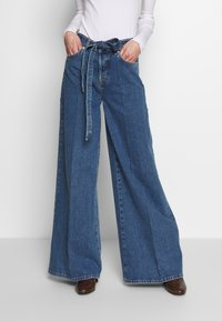 Selected Femme - SLFLAURA WIDE FLARE - Široké džíny - medium blue denim - 0