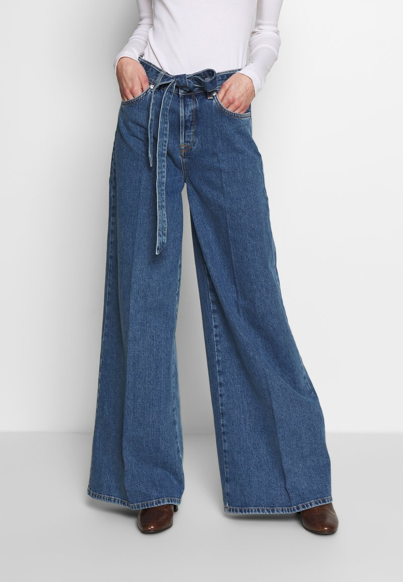 Selected Femme - SLFLAURA WIDE FLARE - Široké džíny - medium blue denim