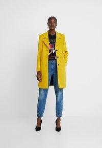 Selected Femme - SFSASJA COAT CAMP - Krátký kabát - lemon curry - 1