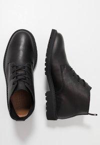 Selected Homme - SLHDANIEL CHUKKA BOOT - Botines con cordones - black - 1