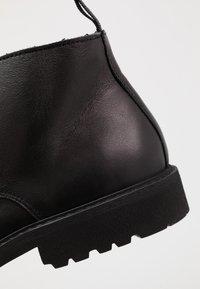 Selected Homme - SLHDANIEL CHUKKA BOOT - Botines con cordones - black - 5