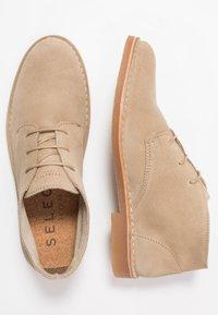 Selected Homme - SLHROYCE DESERT LIGHT BOOT - Volnočasové šněrovací boty - crockery - 1