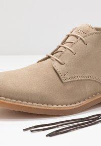 Selected Homme - SLHROYCE DESERT LIGHT BOOT - Volnočasové šněrovací boty - crockery - 5