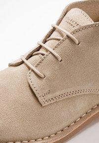 Selected Homme - SLHROYCE DESERT LIGHT BOOT - Volnočasové šněrovací boty - crockery - 6