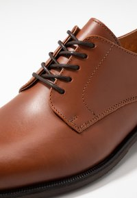 Selected Homme - SLHLOUIS DERBY SHOE - Stringate eleganti - cognac - 5