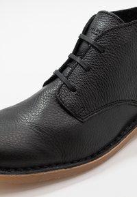 Selected Homme - SLHROYCE DESERT BOOT - Volnočasové šněrovací boty - black - 5