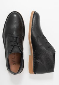 Selected Homme - SLHROYCE DESERT BOOT - Volnočasové šněrovací boty - black - 1