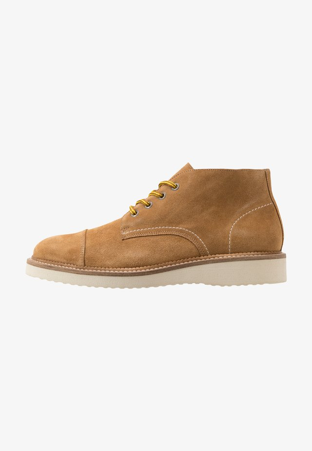SLHTEO TOE CAP CHUKKA BOOT  - Chaussures à lacets - sand