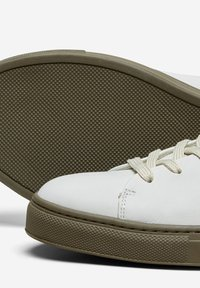 Selected Homme - SLHDAVID CONTRAST SOLE TRAINER - Baskets basses - deep lichen green - 4