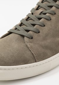 Selected Homme - SLHDAVID PERFORATED TRAINER - Tenisky - deep green - 5