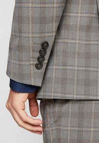 Selected Homme - SLHSLIM RICLOGAN CHECK SUIT - Costume - sand - 8