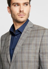 Selected Homme - SLHSLIM RICLOGAN CHECK SUIT - Costume - sand - 6