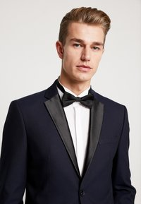 Selected Homme - SLHSLIM-TIGALOGAN TUX SUIT - Kostuum - dark navy - 6