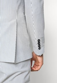 Selected Homme - SLHSLIM YONG WHITE STRIPE SUIT - Completo - white/blue - 7