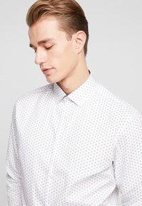 Selected Homme - SHDONENEW MARK SLIM FIT - Formální košile - white/light blue - 3