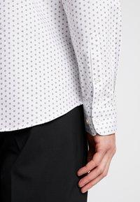 Selected Homme - SHDONENEW MARK SLIM FIT - Formální košile - white/light blue - 5
