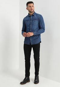 Selected Homme - SLHSLIMNED SMITH - Skjorter - medium blue denim - 1