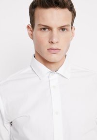 Selected Homme - SLHSLIMMARK-WASHED - Kostymskjorta - bright white - 3
